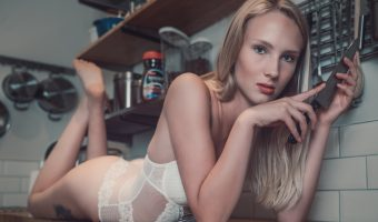 Model Phoebe sits on a kitchen worktop highlighting the benefits of the IKEA KUNGSFORS shelving system.
